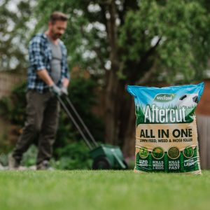 Aftercut All In One Lawn Feed, Weed & Moss Killer lifestyle